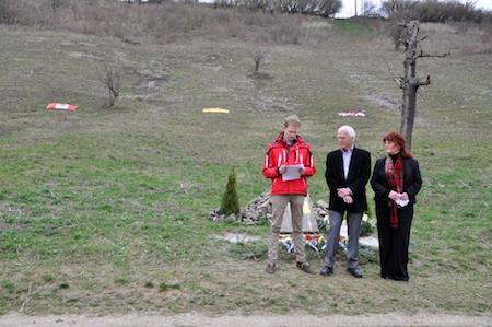 Memorial Ceremony - l. to r. Livius Schillingmann, JEA, Elizabeth Baillie. (MB Photo)
